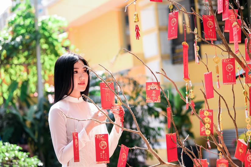 Ngắm đường cong tuyệt đẹp của mỹ nhân 'Cả một đời ân oán' trong tà áo dài Xuân