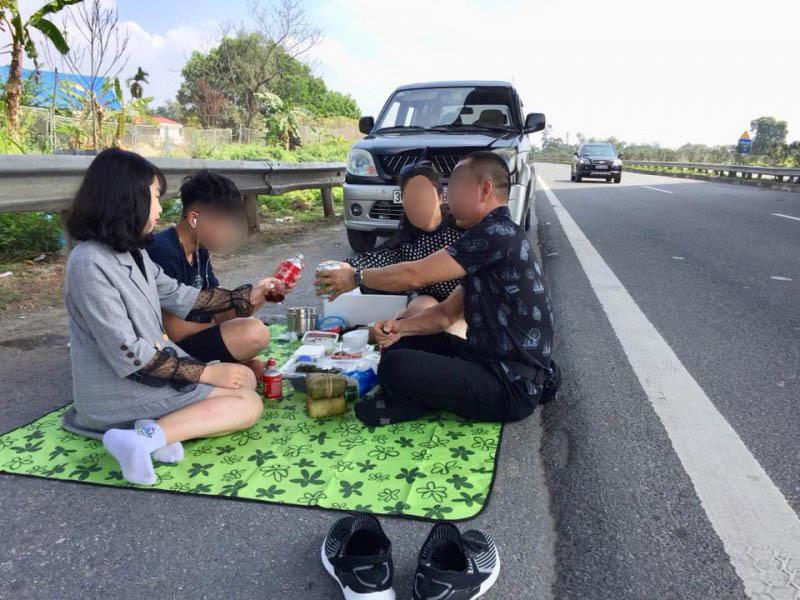 Tài xế tổ chức ăn uống trên đường cao tốc bị phạt 5,5 triệu đồng, tước bằng 2 tháng
