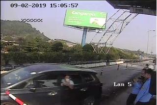 Nữ tài xế đâm barie vượt trạm thu phí Bến Thủy trốn vé?