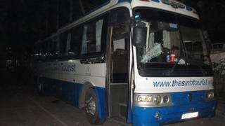 Xe khách du lịch tá hỏa chạy vào trụ sở công an cầu cứu vì bị truy sát