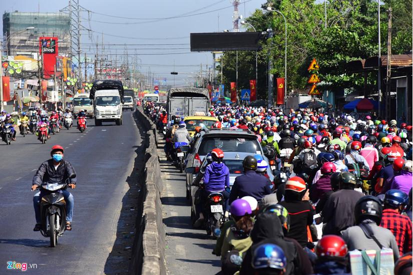Đường xá tắc dài cả đầu Hà Nội và TPHCM sau kì nghỉ Tết