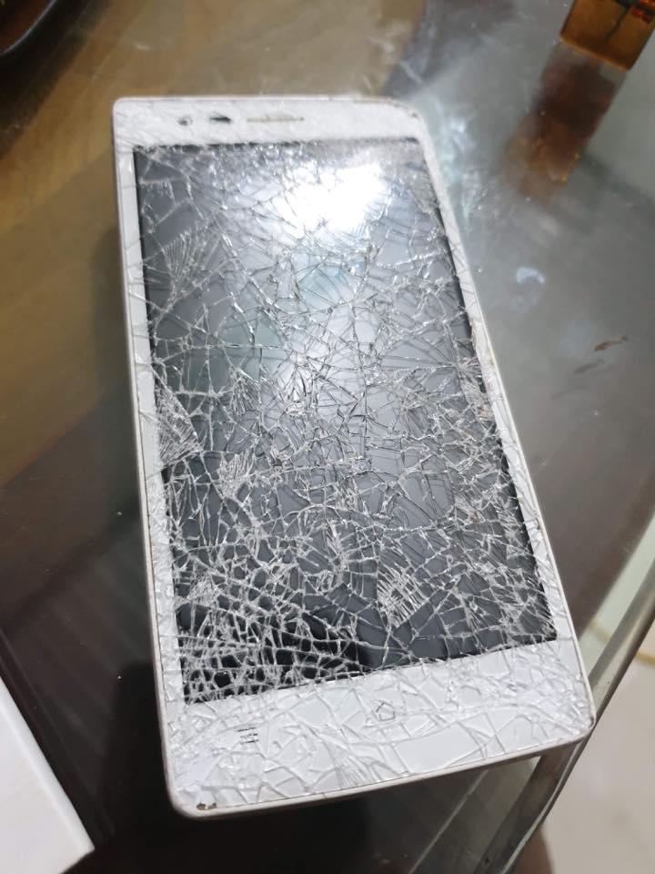 Điện thoại của chị Ban cũng bị đập nát