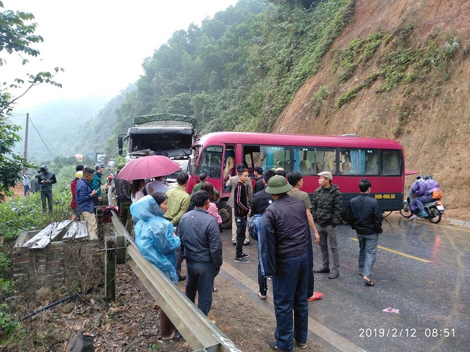 Xe khách đấu đầu xe tải ở Tuyên Quang, 3 hành khách nhập viện