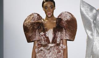 Người mẫu Victoria's Secret bị bạch biến tỏa sáng trong show của Công Trí