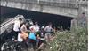 Hưng Yên: Xe tải đâm bay lan can cầu rơi xuống sông, tài xế nguy kịch