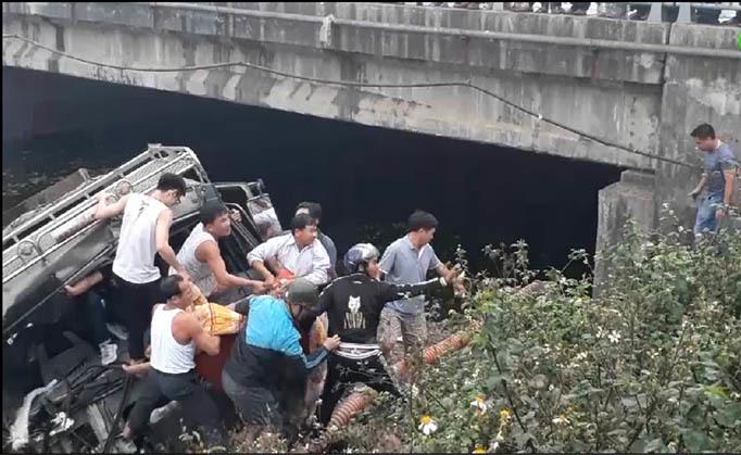 Hiện trường vụ xe tải lao xuống sông.