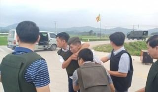 Hàng trăm cảnh sát vây bắt nhóm đối tượng ôm súng cố thủ trong ô tô