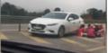 CLIP: Lại xuất hiện một gia đình dừng ôtô bày tiệc ăn uống trên cao tốc