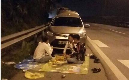 Lại xuất hiện 4 thanh niên thản nhiên trải thảm ăn đêm trên cao tốc