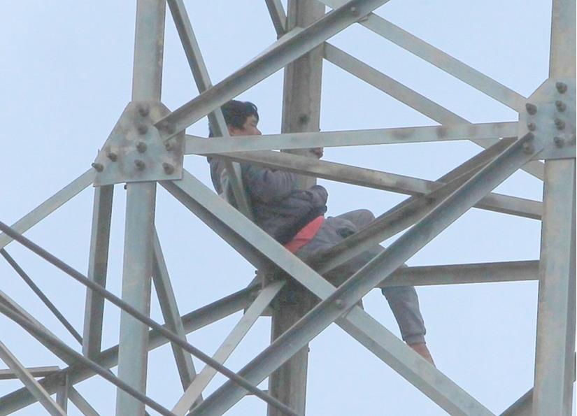 Đối tượng ngáo đá cố thủ trên cột điện cao thế.