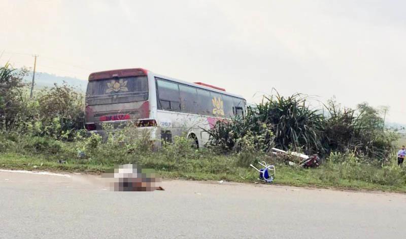 Hiện trường vụ va chạm với xe khách 2 ông cháu thương vong.