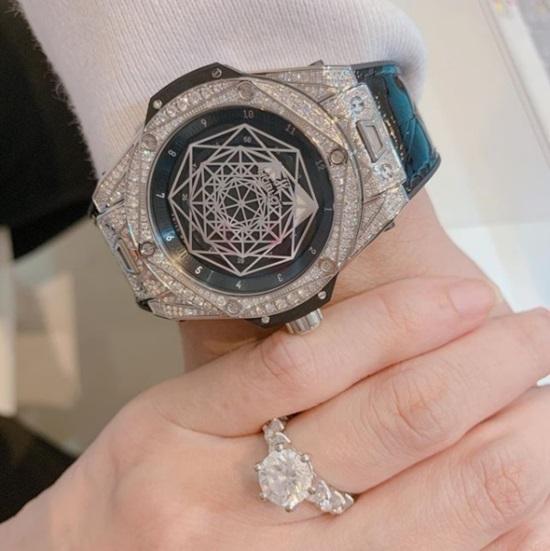 Tiếc rẻ 50.000 đi xe, nhưng Hari Won chi tiền tỷ mua đồng hồ hàng hiệu tặng Trấn Thành