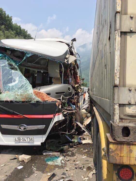 Hiện trường vụ ô tô chở khách va chạm xe container khiến nhiều khách nước ngoài bị thương3