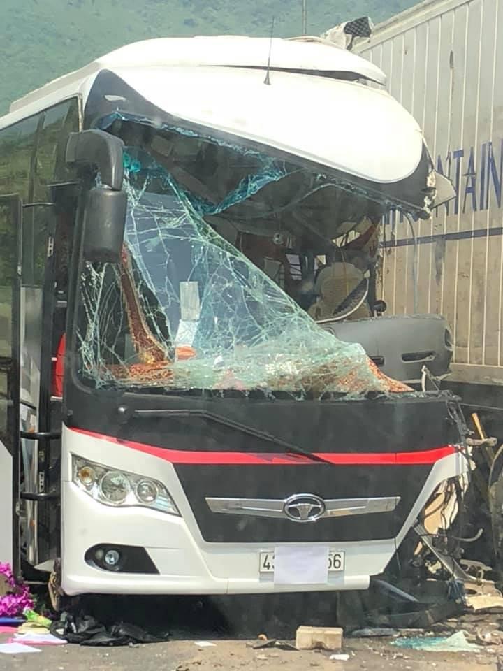 Hiện trường vụ ô tô chở khách va chạm xe container khiến nhiều khách nước ngoài bị thương4