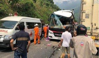 Ô tô chở khách va chạm xe container khiến nhiều khách nước ngoài bị thương