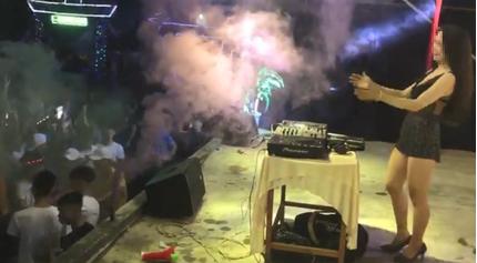 Nữ DJ ăn mặc mát mẻ 'quẩy tung' sân trường THPT ở Quảng Nam