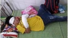 Nghệ An: Bé trai 7 tuổi bị điện thoại nổ dập nát 2 bàn tay