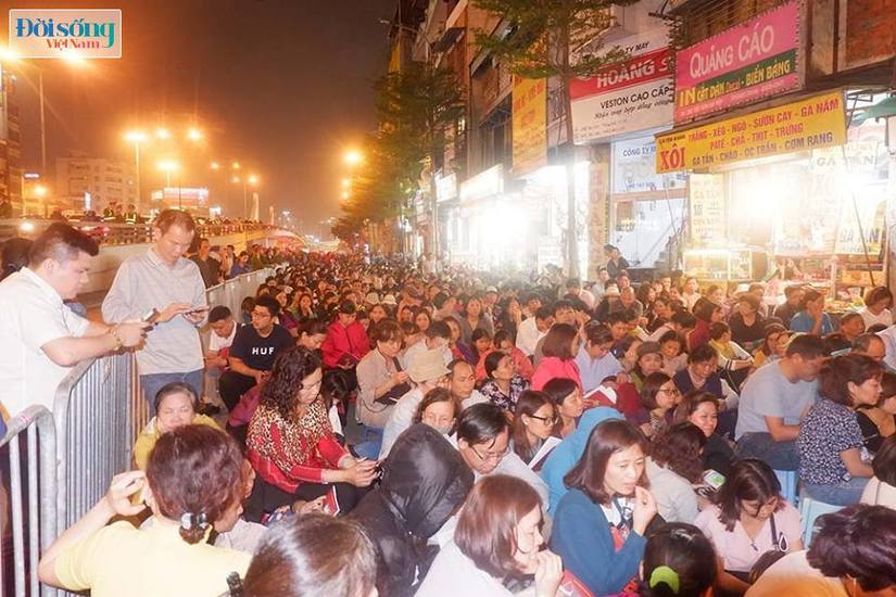 Dòng người tràn ra đường dự lễ cầu an Rằm tháng Giêng tại chùa Phúc Khánh11