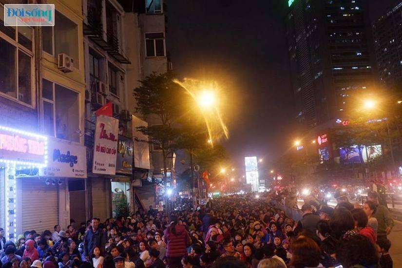 Dòng người tràn ra đường dự lễ cầu an Rằm tháng Giêng tại chùa Phúc Khánh12