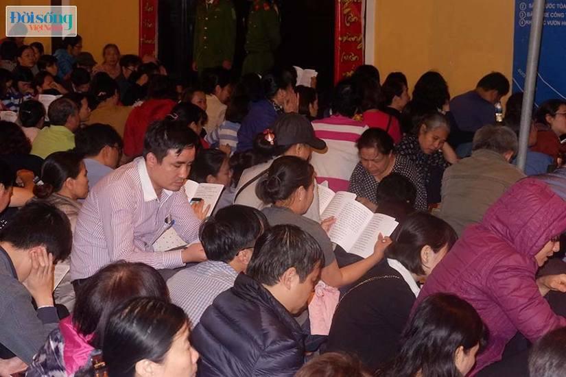 Dòng người tràn ra đường dự lễ cầu an Rằm tháng Giêng tại chùa Phúc Khánh15