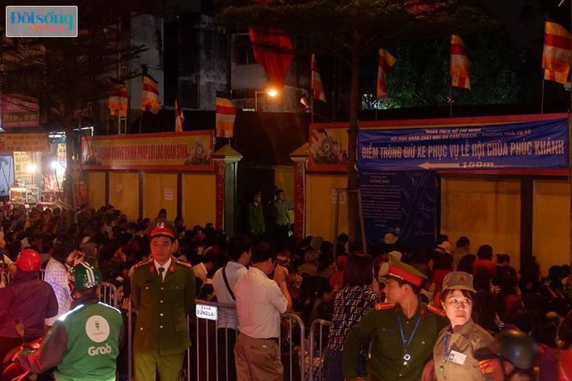 Dòng người tràn ra đường dự lễ cầu an Rằm tháng Giêng tại chùa Phúc Khánh14