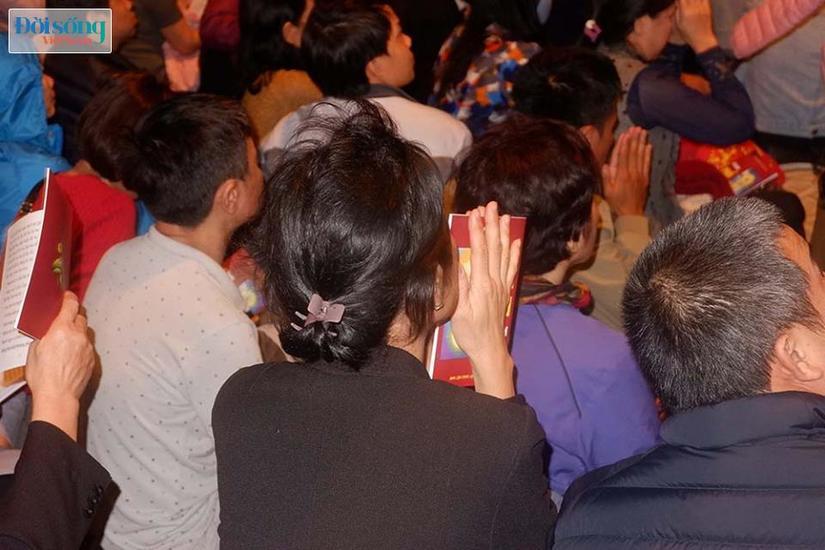 Dòng người tràn ra đường dự lễ cầu an Rằm tháng Giêng tại chùa Phúc Khánh13