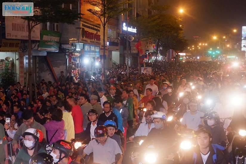 Dòng người tràn ra đường dự lễ cầu an Rằm tháng Giêng tại chùa Phúc Khánh7