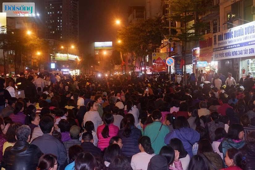 Dòng người tràn ra đường dự lễ cầu an Rằm tháng Giêng tại chùa Phúc Khánh2