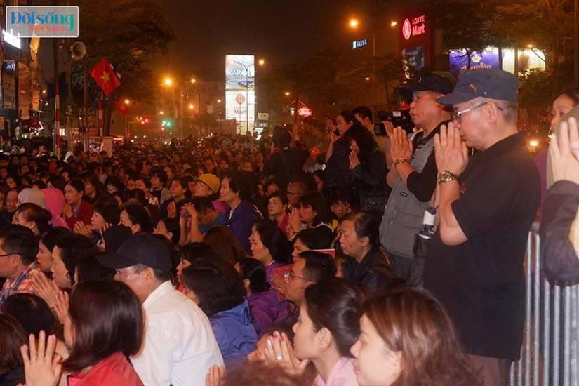 Dòng người tràn ra đường dự lễ cầu an Rằm tháng Giêng tại chùa Phúc Khánh