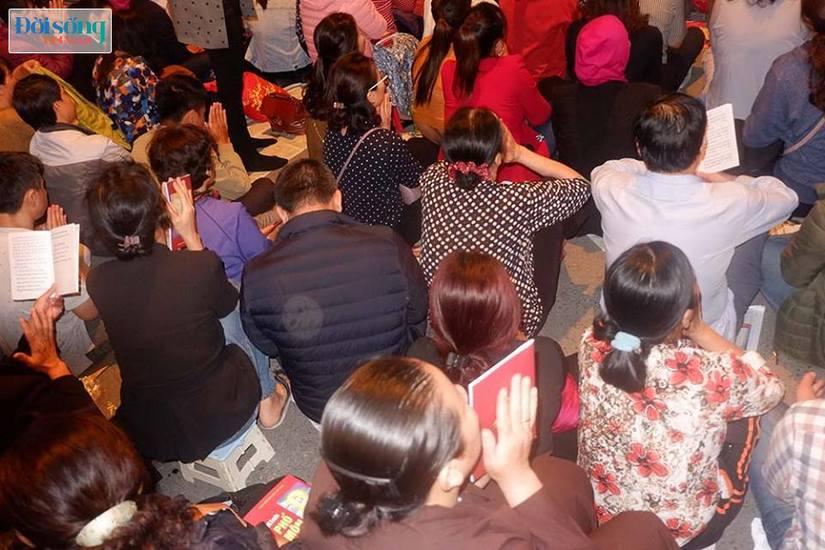 Dòng người tràn ra đường dự lễ cầu an Rằm tháng Giêng tại chùa Phúc Khánh5