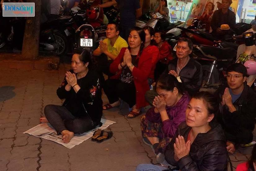 Dòng người tràn ra đường dự lễ cầu an Rằm tháng Giêng tại chùa Phúc Khánh3