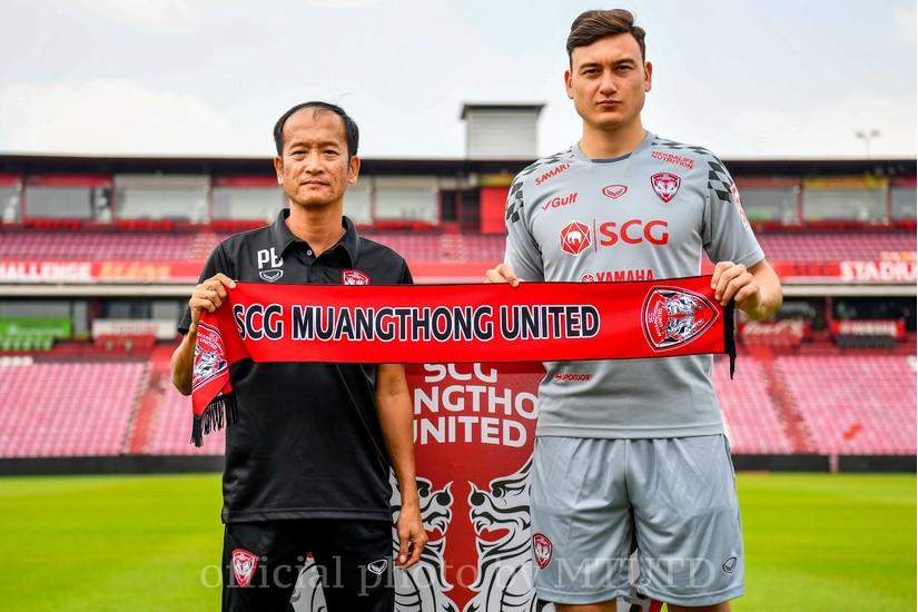 Đặng Văn Lâm mắc sai lầm ở trận ra mắt Muangthong Utd