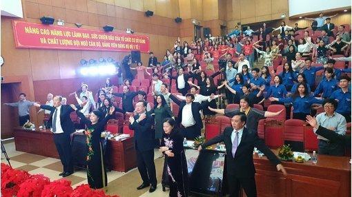 Clip: Bộ trưởng Y tế hướng dẫn đại biểu tập thể dục ngay tại hội trường