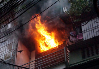 Vợ đổ xăng vào phòng ngủ đốt khiến chồng tử vong