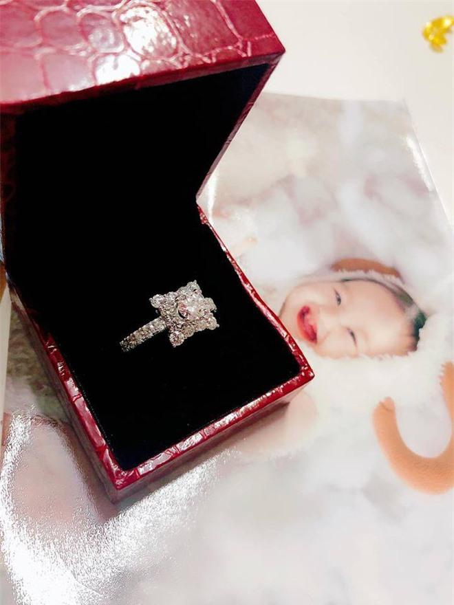 Bị dân mạng réo tên liên tục, cuối cùng Hồng Quế cũng trình làng nhẫn kim cương