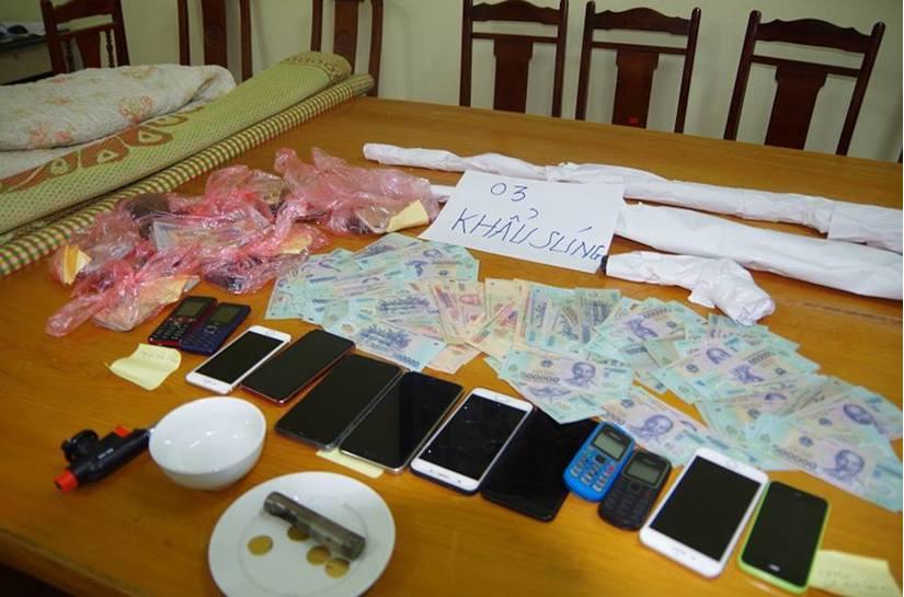 Hưng Yên: Bắt 15 đối tượng đánh bạc, thu giữ tiền và 3 khẩu súng2