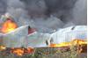 Người đàn ông mình trần liều mạng cứu lốp ô tô ra khỏi đám cháy