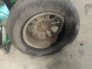 Đá rơi trên cao tốc Cầu Giẽ - Ninh Bình, nhiều xe rách lốp