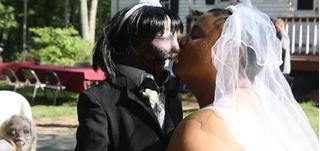 Người phụ nữ làm đám cưới với búp bê thây ma