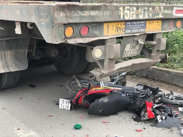 Xe container đi lùi tông tử vong cô gái đang dừng xe ven đường