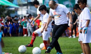 HLV Park Hang Seo trổ tài đi bóng và biểu diễn kỹ thuật ấn tượng