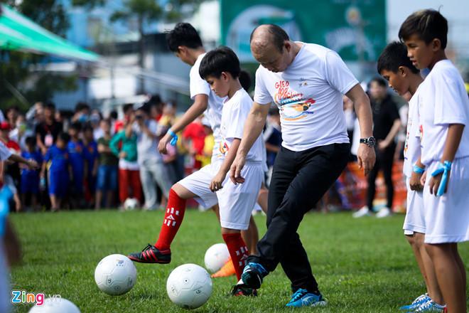 HLV Park Hang Seo trổ tài làm thủ môn và chơi bóng kỹ thuật