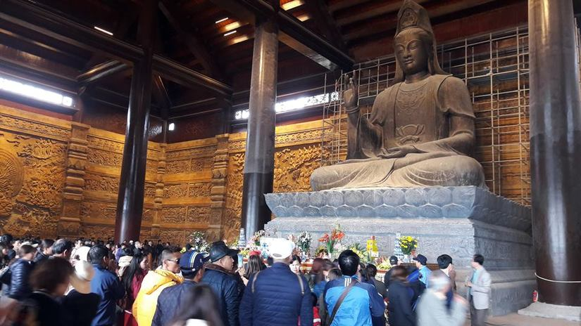 Vãn cảnh ngôi chùa Tam Chúc lớn nhất thế giới: Nhốn nháo và nguy hiểm