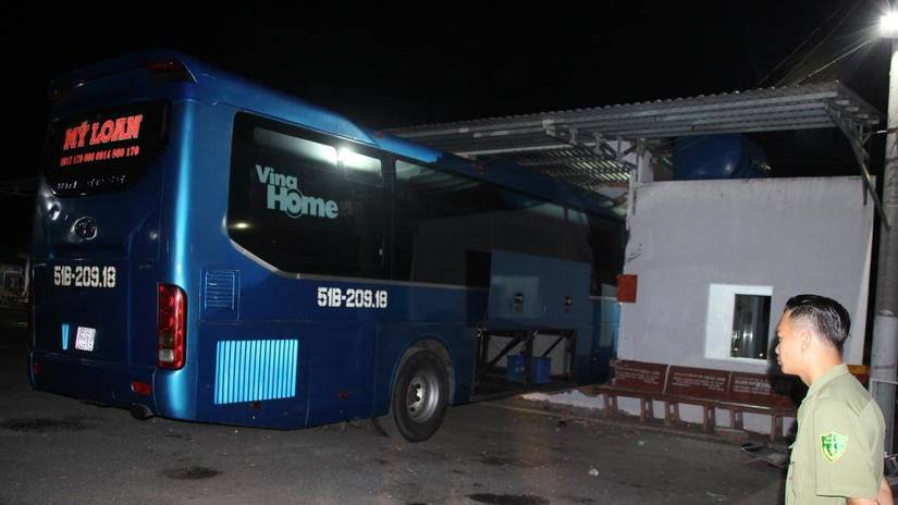Phụ xe khách nổ máy tông vào nhà chờ khiến 6 người thương vong có nồng độ cồn