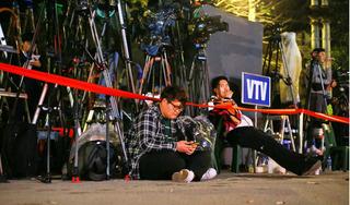 Hàng trăm phóng viên trong và ngoài nước thâu đêm chờ đón ông Kim Jong-Un ở ga Đồng Đăng