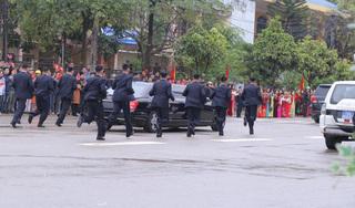 Dàn vệ sĩ áo đen của Chủ tịch Kim Jong Un tái hiện màn chạy bộ tại ga Đồng Đăng