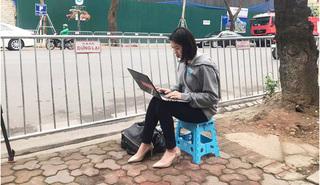 Nữ phóng viên Hàn Quốc xinh đẹp tác nghiệp trên vỉa hè Hà Nội 'đốn tim' cộng đồng mạng