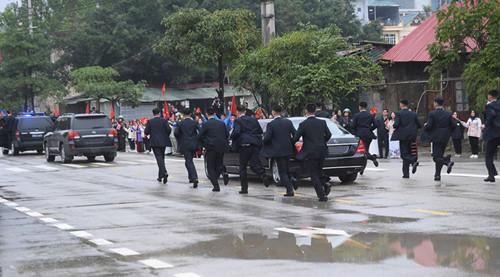 Hai siêu xe bọc thép đưa chủ tịch Kim Jong Un từ Đồng Đăng về Hà Nội có gì đặc biệt?