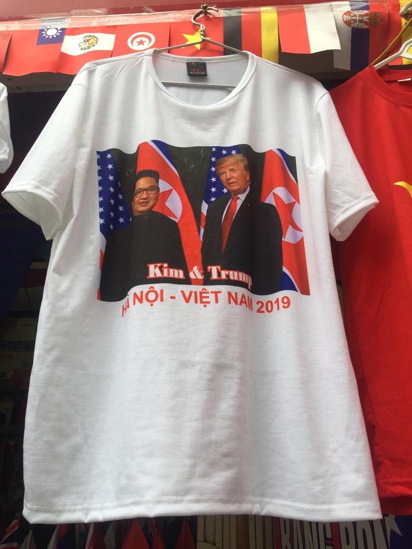Trước giờ G áo phông in hình ông Donal Trump và ông Kim Jong-un cháy hàng