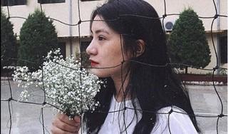 Cô gái xinh đẹp tặng hoa cho chủ tịch Kim Jong Un: 'Chủ tịch tươi cười, nói cảm ơn'